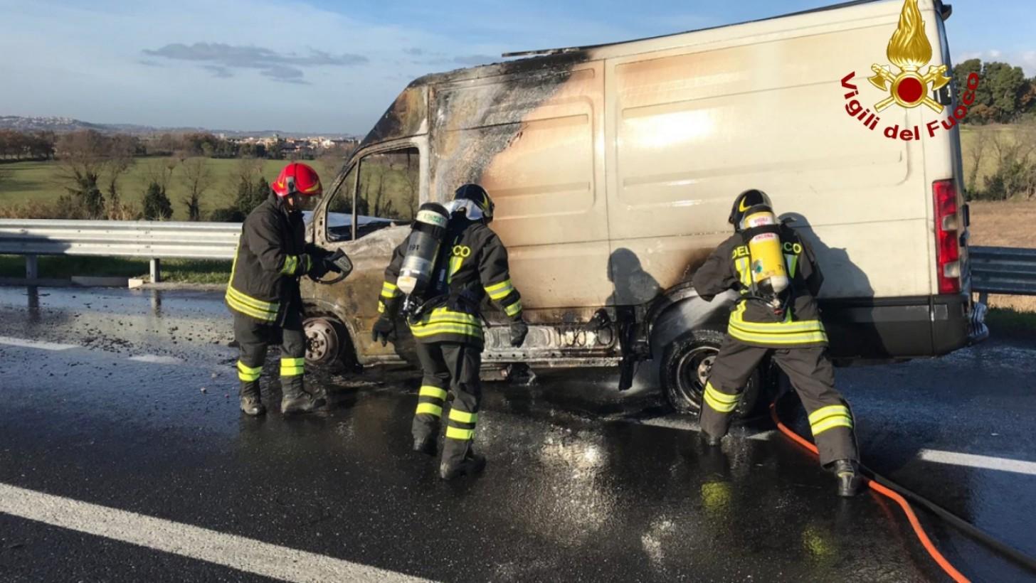A14: incendio tra le uscite di Ancona Nord ed Ancona Sud